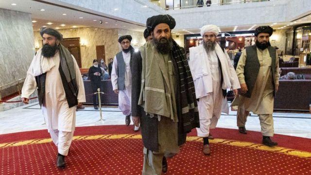 المؤسس المشارك لحركة طالبان الملا عبد الغني بارادار وأعضاء آخرون من وفد طالبان