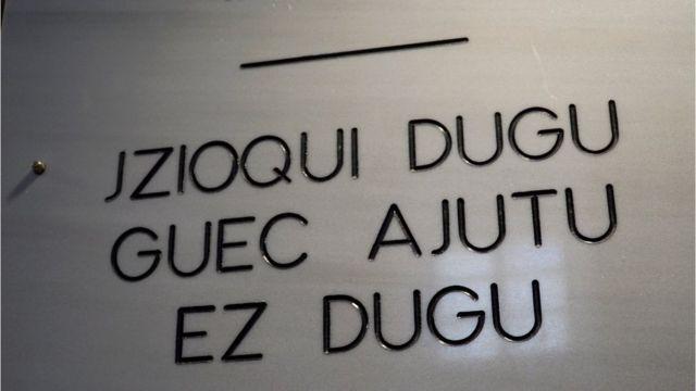 Una placa conmemorativa con unas letras en euskera