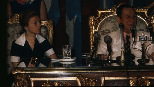 Isabel y Juan Domingo Perón en una conferencia de prensa.