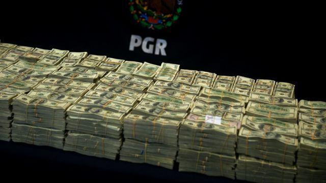 Dólares confiscados a presuntos miembros del cartel de Sinaloa.