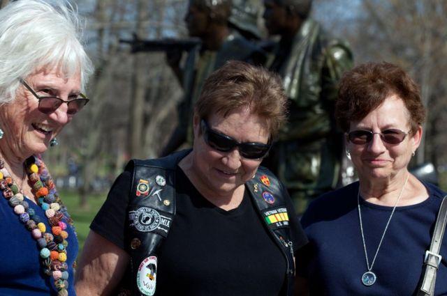 Las Veteranas de Vietnam Ruth Dewton, Claire Brisebois Starnes y Jeanne Gourley en el Monumento Conmemorativo a los Veteranos de Vietnam, en Washington DC, Estados Unidos.