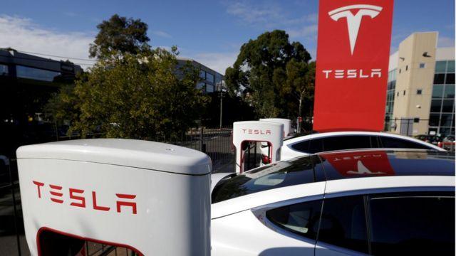 Carros da marca Tesla em concessionária em Sidney