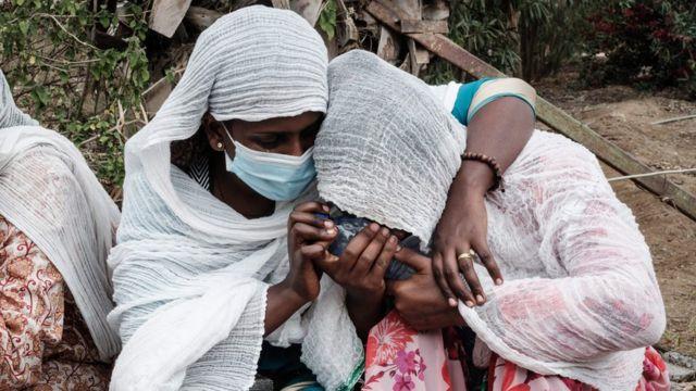 Benewabo b'abatuye i Togoga bategereje amakuru y'abo mu miryango yabo hanze y'ibitaro bya Aider i Mekelle muri Ethiopia. Ifoto yo ku itariki ya 23 y'ukwa gatandatu mu 2021