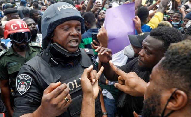 Un policier parle aux manifestants