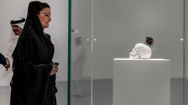 Украшенный бриллиантами череп Херста на выставке в Дохе (Катар, 2013 г.)