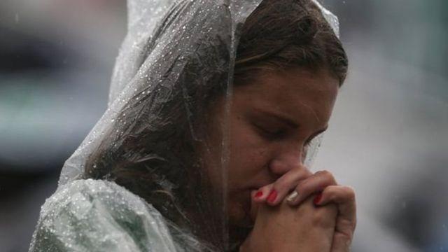 তীব্র বৃষ্টি উপেক্ষা করে হাজার হাজার মানুষ শাপেকোয়েন্সে স্টেডিয়ামে জড়ো হচ্ছে