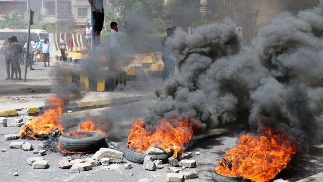 Aden'de kötüleşen ekonomiyi protesto edenler yolları ateşe verdikleri lastiklerle kapattı.