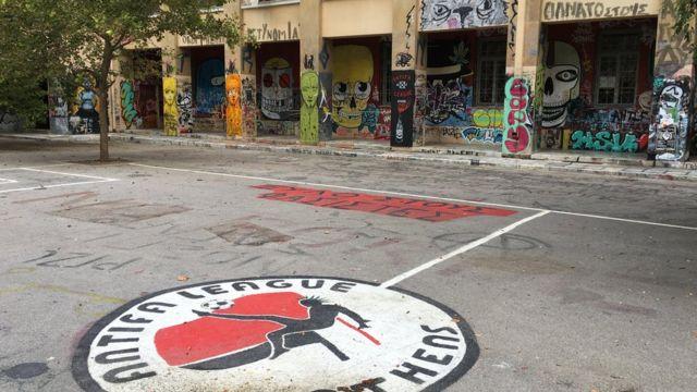 Les locaux de l'Université technique nationale ont été couverts de graffitis, souvent politiques.