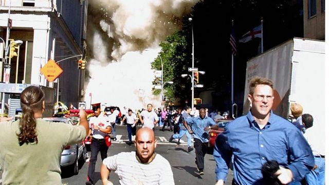 Gente huye del WTC tras el ataque