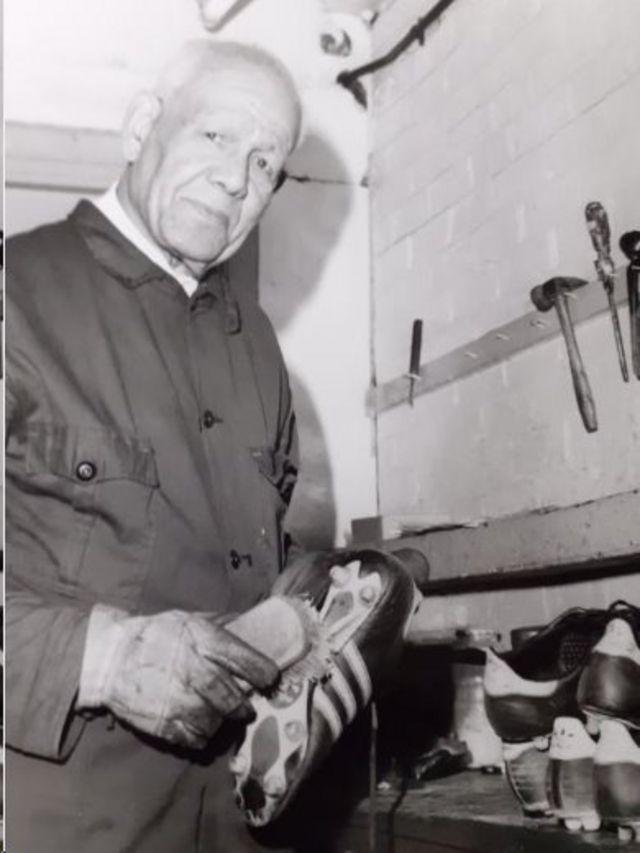 Jack Leslie limpiando unos botines en el West Ham