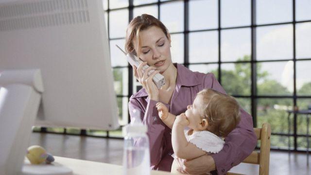 Evden çalışan anne ve bebeği