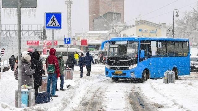 سیستم حمل و نقل عمومی به دلیل پوشیده شدن سطح جاده ها از برف و یخ با تاخیر روبرو شده است