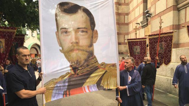 Грађани држе фотографију Николаја Другог