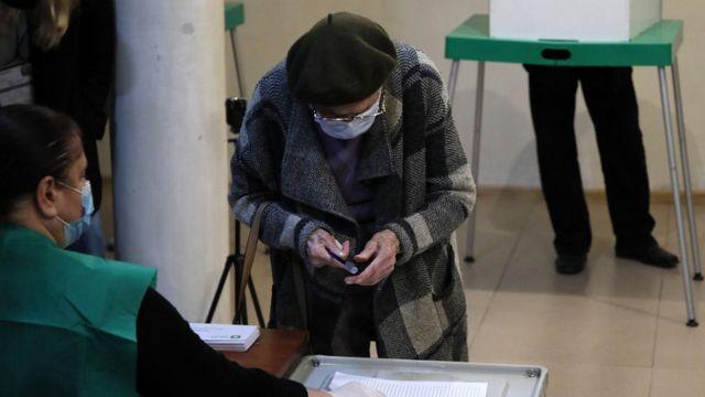 Женщина на избирательном участке