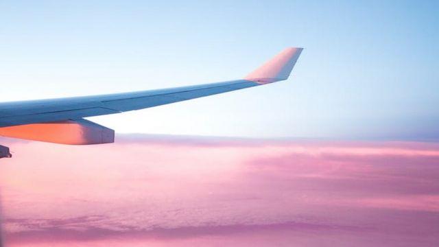 Ala de un avión en pleno vuelo