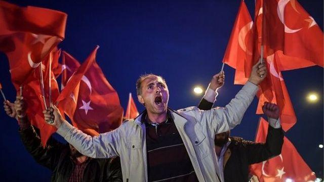 خرج الأتراك المؤيدون للتعديلات الدستورية إلى شوارع إسطنبول، احتفالا بالموافقة على تلك التعديلات في الاستفتاء.