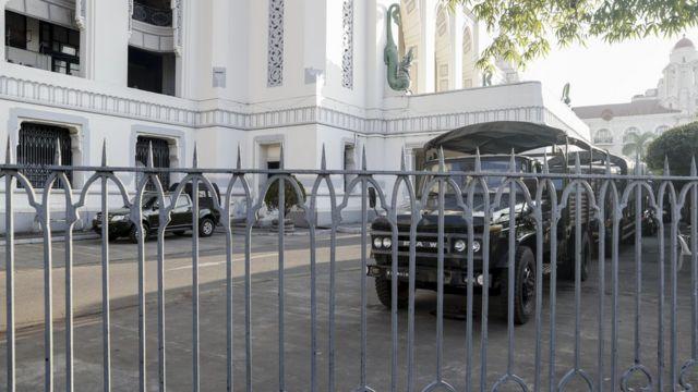 仰光的市政厅有军方车辆驻守。