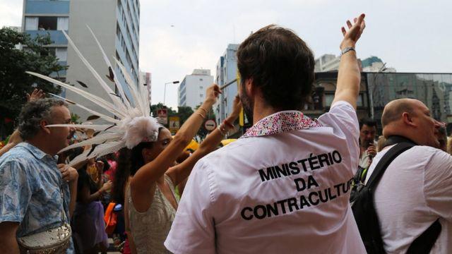 """Muchas personas se burlaron del gobierno usando camisetas con el nombre de un falso """"Ministerio de Contracultura""""."""