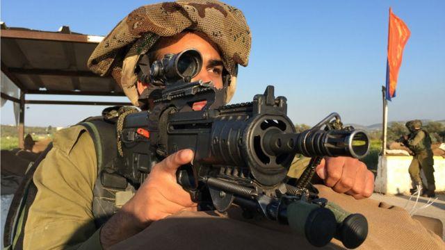 جندي من وحدة غادسر يرابط في نقطة تفتيش بالقرب من مدينة جنين