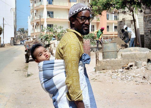 Demba et Ely à Virage, un quartier au bord de l'océan à la périphérie de Dakar, Sénégal.