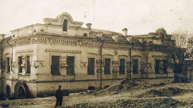 Ипатьевский дом в Екатеринбурге, где в июле 1918 года были расстреляны император Николай II и члены его семьи. Фотография 1928 года