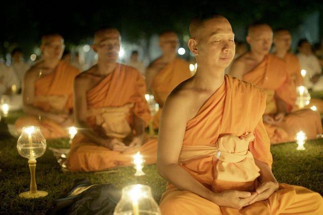 Budistas meditando en Indonesia, 2007