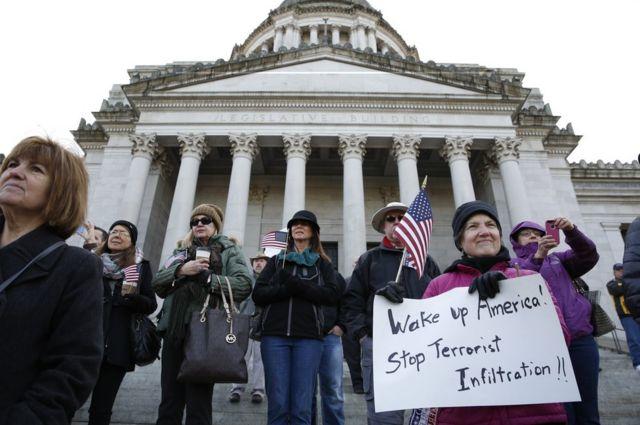 ムスリムの難民に対する厳しい対応を支持する人々(ワシントンで)