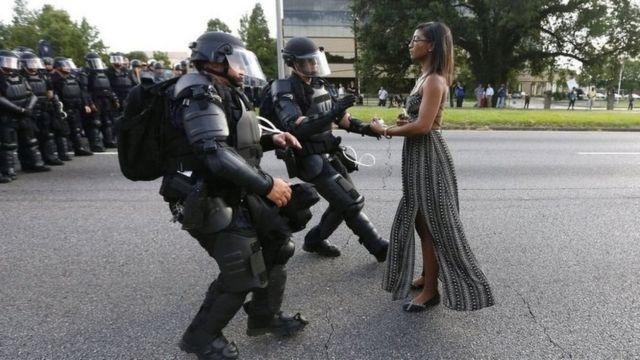 Mujer negra se enfrenta a policías en Baton Rouge