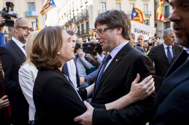 ادا کالو (چپ) شهردار بارسلون، در حاشیه تظاهرات امروز با کارلز پوجدمون، رئیس دولت کاتالونیا دیدار کرد