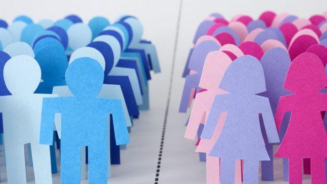 Bonecos de papel representam divisão binária dos gêneros