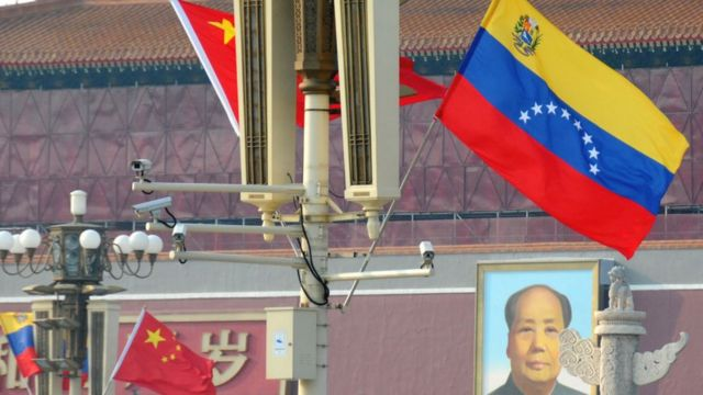Bandeiras chinesas e venezuelana, hasteadas na China