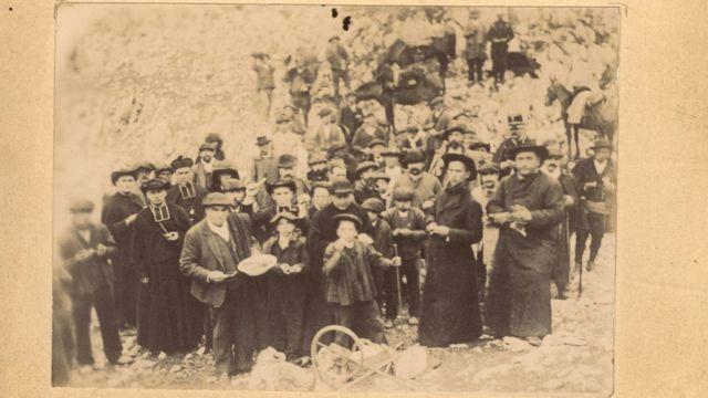 Después de la ceremonia, los baretoneses y los roncaleses comen y beben juntos, como muestra esta imagen del siglo XIX.