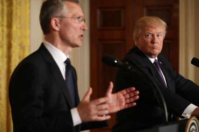 นายเยนส์ สโตลเทนเบิร์ก เลขาธิการนาโต้ (ด้านซ้าย) และนายโดนัลด์ ทรัมป์ ประธานาธิบดีสหรัฐฯ ร่วมกันหารือถึงความสำคัญของความร่วมมือของนาโต้