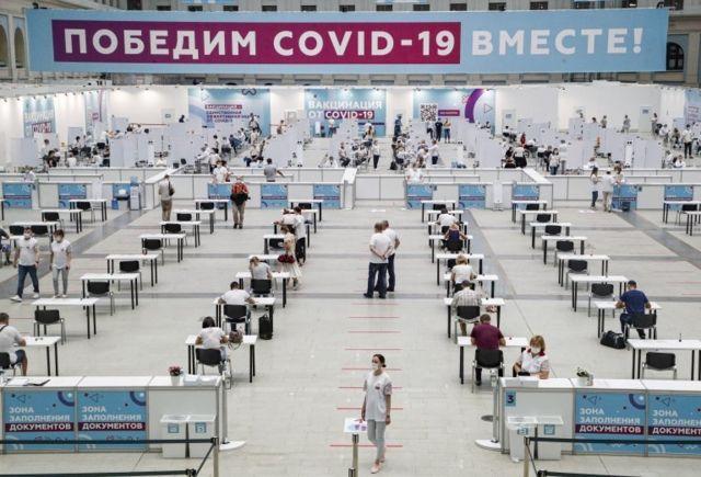 Chờ đợi để được tiêm vaccine Sputnik V của Nga ở Moscow, Nga, ngày 15 tháng 7 năm 2021