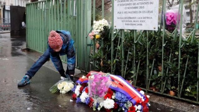 تحولت عدة أماكن في فرنسا إلى نصب تذكارية توضع فيها أكاليل الزهور