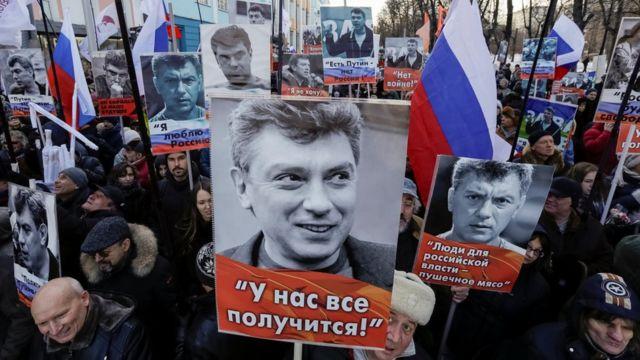 Boris Nemtsov suratlarini koʻtarib olgan marsh ishtirokchilari.