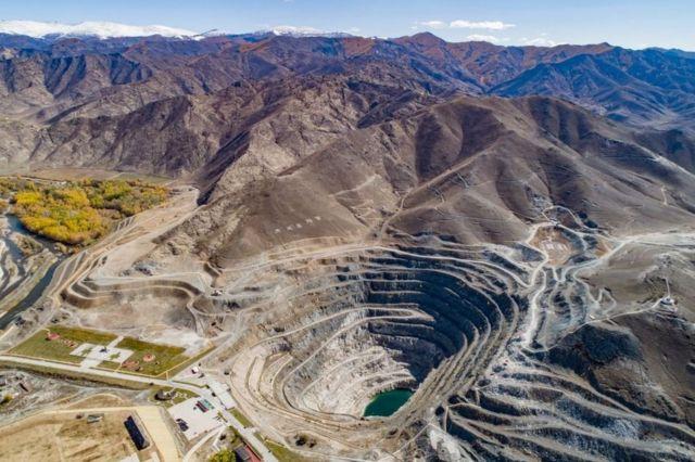 """中国新疆阿勒泰可可托海国家地质公园的""""3号伟晶矿""""是全球最大的矿坑之一,矿坑中发现了84种矿物质"""