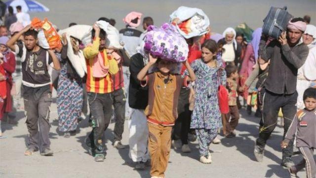 صورة بعض الأيزيديين الذين تركوا منازلهم في أغسطس/آب 2014