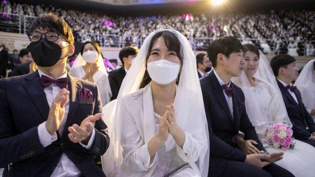 Parejas boda con máscaras