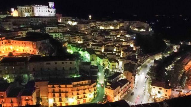 Villaggio calabrese nel sud Italia di notte
