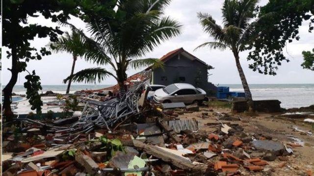 """اندونزی روی """"حلقه آتش"""" اقیانوس آرام که محل برخورد صفحات تکتونیک زمین است قرار دارد. برخورد همین صفحات باعث زلزله ها و فعالیت های آتشفشانی می شود"""