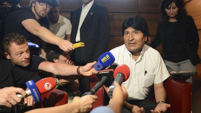 """Президент Боливии Эво Моралес беседует с журналистами в аэропорту """"Швехат"""" вблизи Вены, 3 июля 2013"""