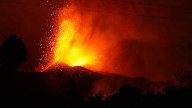 Volcán escupiendo fuego.