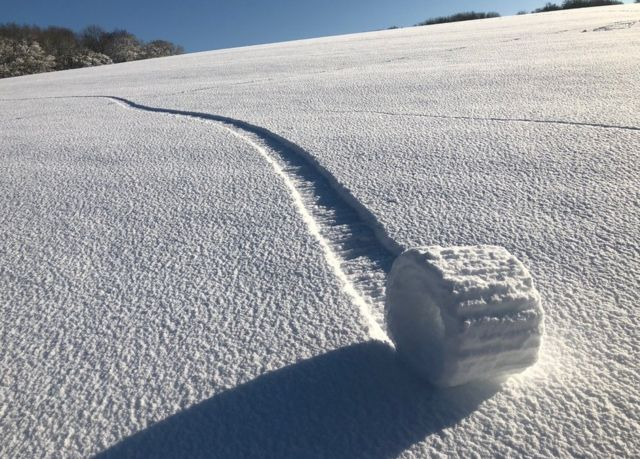 Снежный рулон на поле