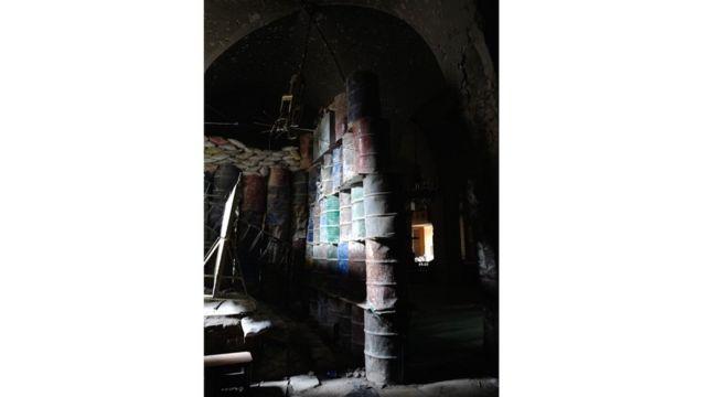 Barriles de petróleo apilados dentro de la mezquita