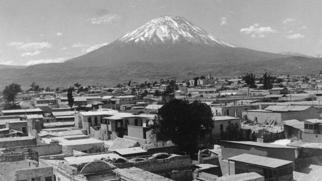 Foto en blanco y negro de Arequipa en 1955.