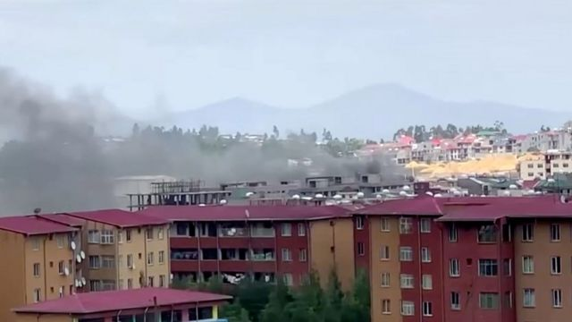 De la fumée s'élève au-dessus de l'horizon d'Addis-Abeba lors des manifestations qui ont suivi le tir fatal du musicien éthiopien Hachalu Hundessa, à Addis-Abeba, en Éthiopie, le 30 juin 2020, dans cette capture d'écran tirée d'une vidéo
