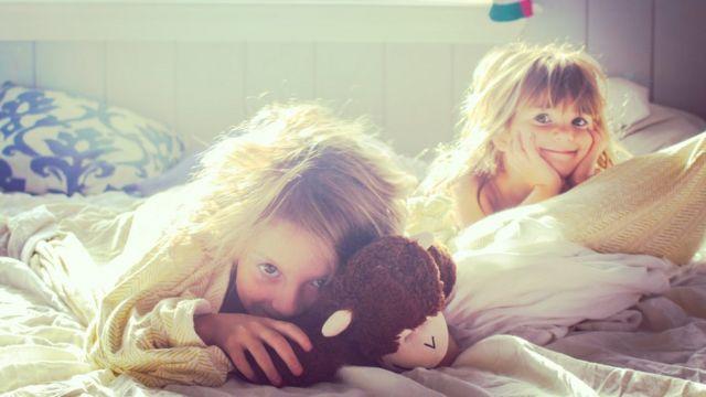 две девочки в кровати