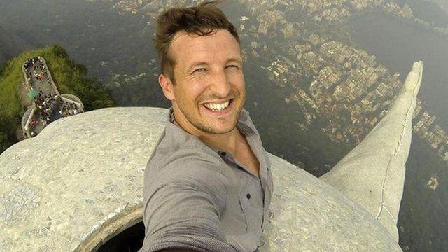 Lee Thompson tira selfie no topo do Cristo Redentor, no Rio de Janeiro