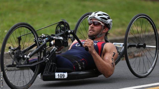 Triatleta en bicicleta de mano